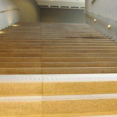 階段を見たら笑えッ!
